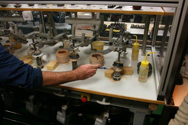 Оптический техник Крис Нортон применяет полировочное соединение оксида церия